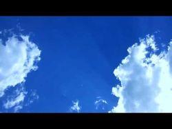 На синем небе