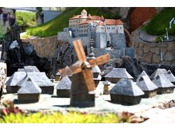 Макет замка с поселением и водопадом