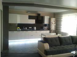 Дизайн объединенных кухни и зала в кирпичном доме