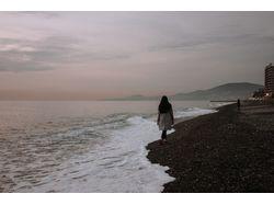 девушка на берегу.