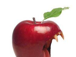 Сюрреалистичное яблоко