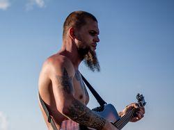 Гитарист на природе.